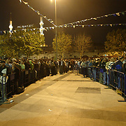 People waiting on the que to collect their meals from the tent donated by the Eminonu Shop Owners Associtaion at the first day of Ramadan which is the holly fasting  season for the Muslims.   Saturday, 23.09.2006<br /> Photo by Ahmet DUMANLI/TURKPIX