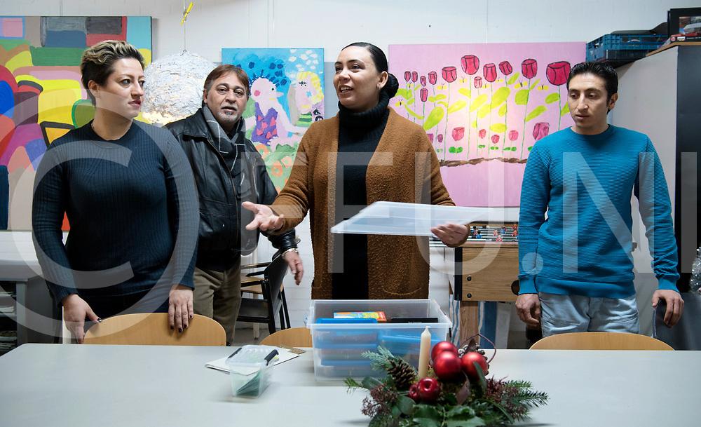 HARDENBERG - Vrijwilliger<br /> Foto: Lubna Abdulwahab (m ), helpt met tolken, spelletjes ed.<br /> FFU Press Agency copyright Frank Uijlenbroek