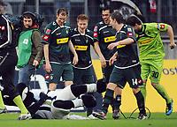 Fotball<br /> Tyskland<br /> 28.03.2010<br /> Foto: Witters/Digitalsport<br /> NORWAY ONLY<br /> <br /> Schlussjubel v.l. Maskottchen Juenter, Thomas Kleine, Marco Reus, Juan Arango, Thorben Marx, Logan Bailly<br /> <br /> Bundesliga Borussia Mönchengladbach - Hamburger SV