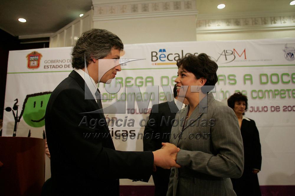 Toluca, Mex.- Maria Guadalupe Monter Flores, Secretaria de Educacion y Claudio X. Gonzalez, presidente de Fundacion Televisa al termino de la entrega de becas a docentes para un Diplomado en Formacion de Competencias, otorgadas por la Asociacion de Bancos de Mexico, Fundación Televisa y el Gobierno del Estado de México. Agencia MVT / Javier Rodriguez. (DIGITAL)<br /> <br /> <br /> <br /> NO ARCHIVAR - NO ARCHIVE