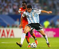 Fotball<br /> VM 2006<br /> Foto: DPPI/Digitalsport<br /> NORWAY ONLY<br /> <br /> Argentina v Elfenbenskysten<br /> <br /> FOOTBALL - WORLD CUP 2006 - STAGE 1 - GROUP C - ARGENTINA v IVORY COAST - 10/06/2006<br /> <br /> JUAN RIQUELME (ARG) / DIDIER ZOKORA (CIV) -