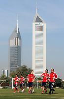 Fotball<br /> Bundesliga <br /> 10.01.2007<br /> Foto: Witters/Digitalsport<br /> NORWAY ONLY<br /> <br /> Training auf dem Sportgelaende des koeniglichen Palastes,<br /> im Hintergrund die Emirates Towers das Hotel von Bayern Muenchen<br /> Fussball FC Bayern München Trainingslager Dubai
