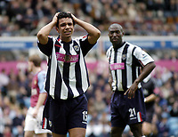 Fotball<br /> Premier League 2004/05<br /> Aston Villa v West Bromwich<br /> 10. april 2005<br /> Foto: Digitalsport<br /> NORWAY ONLY<br /> An anguished Kieran Richardson (L) holds his head in his hands after his West Brom captain Kevin Campbell (R) missed a great chance to score