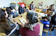 Nederland, Nijmegen, 3-3-2016De peuteropvang in kamp Heumensoord. Kleine kinderen worden hier door vrijwilligers opgevangen en beziggehouden.FOTO: FLIP FRANSSEN