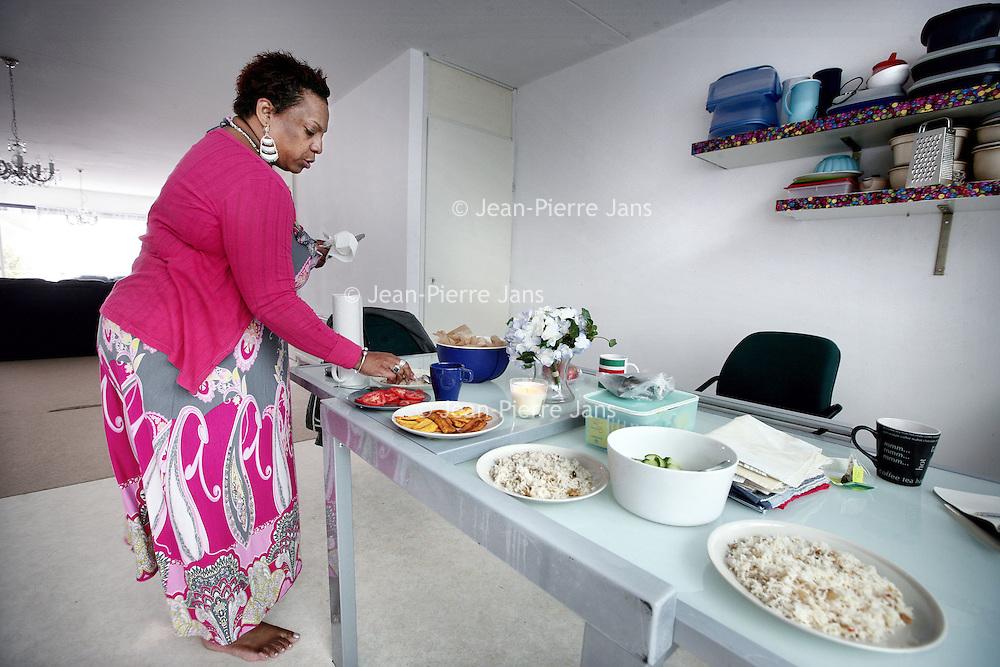 Nederland, Amsterdam , 28 september 2009..Thuis Moksi Alesi bij mevr. Meliza Oosterling in Amsterdam Zuidoost..Ms. Meliza Oosterling is preparing dinner at home in South-East Amsterdam.