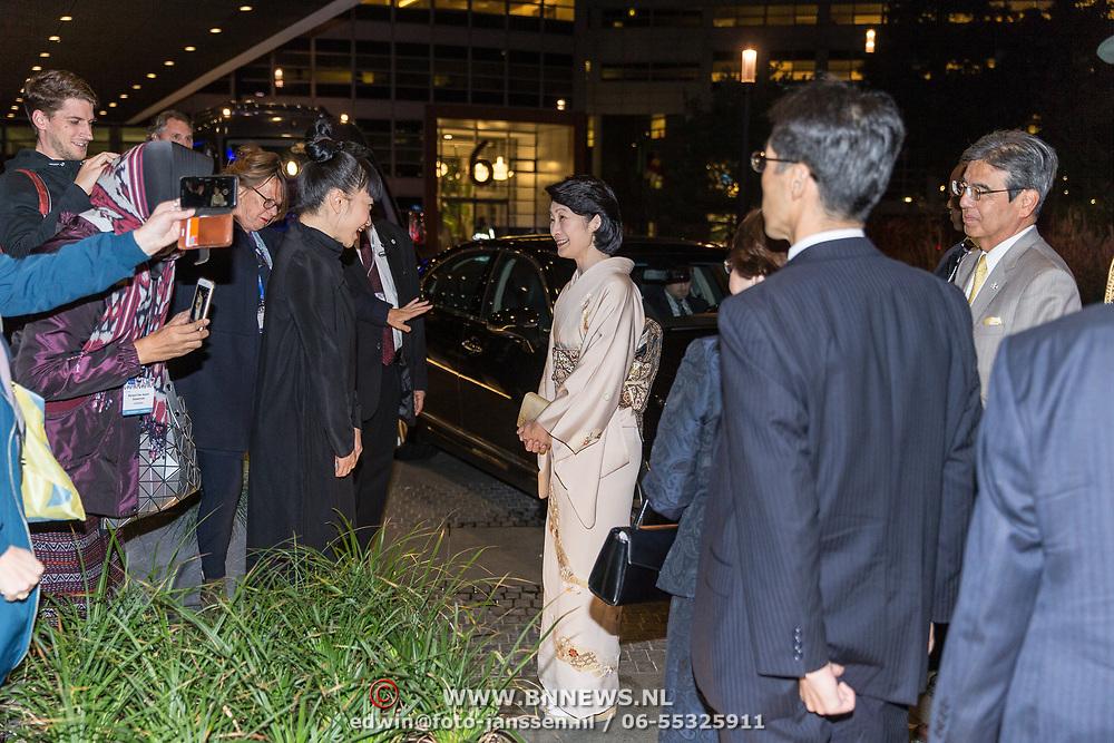 NLD/Den Haag/20181024 - Prinses Akishino en prinses Margriet openen 49th Union World Conference on Lung Health, Prinses Akishino in gesprek met landgenoten
