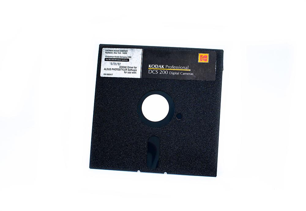 Kodak Professional DCS 200 Floppy Disc Kodak Driver Aldus Photostyler from Eastman Kodak Rochester New York USA; Frühe DSLR Kodak DCS200 und Nikon  N8008s  (US-Bezeichnung) EU Nikon 801. Kodak DCS 200 von 1992. Die Kodak DCS 200 ist der direkte Nachfolger der legendären Kodak DCS 100.  Im inneren  eine Quantum SCSI Festplatte mit Platz für 50 Bilder. Analogkamera und digitale Rückwand sind einfach miteinander verschraubt und können getrennt werden.<br /> - 1524x1012 Pixel Auflösung<br /> - 2MB DRAM Bufferspeicher<br /> - Quantum SCSI 80MB Festplatte für 50 Bilder<br /> - SCSI Schnittstelle;<br /> Early DSLR Kodak DCS200 and Nikon N8008s (US name) Nikon 80. <br /> <br /> Kodak DCS 200 from 1992<br /> <br /> The Kodak DCS 200 is the direct successor of the legendary Kodak DCS 100, with a Quantum SCSI hard disk inside with space for 50 images. Analogue camera and digital back are simply screwed together and can be separated.<br /> 1524x1012 pixel resolution, 2MB DRAM buffer memory, Quantum SCSI 80MB hard disk for 50 images, SCSI interface
