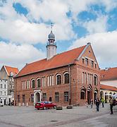 Olsztyn, 2014-05-18. Rynek Starego Miasta. Na pierwszym planie Stary Ratusz, w którym aktualnie mieści się  Wojewódzka Biblioteka Publiczna.