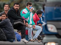 25.09.2015, Grenzübergang, Salzburg, AUT, Fluechtlingskrise in der EU, im Bild Flüchtlinge an der Grenze zu Deutschland warten // Migrants on the German Border waiting. Thousands of refugees fleeing violence and persecution in their own countries continue to make their way toward the EU, border crossing, Salzburg, Austria on 2015/09/25. EXPA Pictures © 2015, PhotoCredit: EXPA/ JFK
