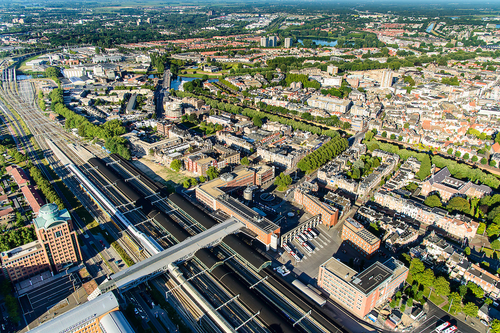 Nederland, Noord-Brabant, Den Bosch, 23-08-2016; station 's-Hertogenbosch met directe omgeving, Stationsplein en Higo de Grootplein.<br /> Downtown area with central station and immediate environment.<br /> luchtfoto (toeslag op standard tarieven);<br /> aerial photo (additional fee required);<br /> copyright foto/photo Siebe Swart