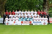 BILDET INNGÅR IKKE I FASTAVTALENE PÅ NETT MEN MÅ KJØPES SEPARAT<br /> <br /> Fotball<br /> Tyskland<br /> Foto: imago/Digitalsport<br /> NORWAY ONLY<br /> <br /> 07.07.2011<br /> Fussball, Fototermin zur Bundesliga-Saison 2011/2012: 1. FC Köln: Hintere Reihe v.li.: Leiter Physiotherapie Klaus Maierstein, Physiotherapeut Michael Schuhmacher, Physiotherapeut Sven Rinke, Pedro Geromel, Kevin Pezzoni, Odise Roshi, Kevin McKenna, Christopher Schorch, Milivoje Novakovic, Martin Lanig, Teambetreuer Marcus Rauert, Zeugwart Kresimir Ban, Zeugwart Frank Almstedt. Mittlere Reihe v.l.: Chef-Trainer Ståle Solbakken, Co-Trainer Bård Wiggen, Adam Matuschyk, Thiemo-Jerome Kialka, Alexandru Ionita, Sebastian Freis, Youssef Mohamad, Christian Eichner, Lukas Podolski, Tomoaki Makino, Adil Chihi, Torwart- Trainer Alexander Bade, Trainer-Assistent Ibrahim Tanko, Trainer-Assistent Patrick Weiser. Vordere Reihe v.li.: Miso Brecko, Wilfried Sanou, Andrezinho, Christian Clemens, Daniel Schwabke, Michael Rensing, Miro Varvodic, Timo Horn, Mark Uth, Mato Jajalo, Petit, Slawomir Peszko, Chr<br /> Lagbilde Köln