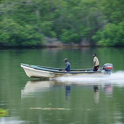 Transporte com barcos a motor no rio Kwanza (Cuanza) perto da foz. Angola