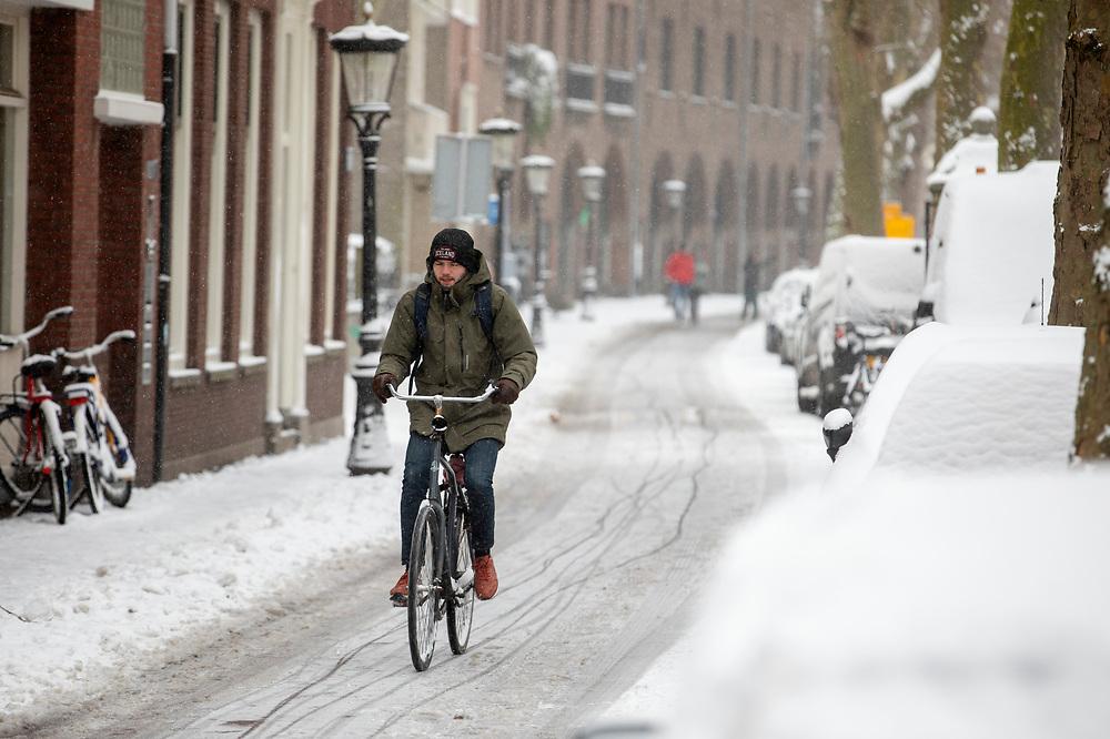 In Utrecht rijdt een man door de sneeuw. Nederland geniet van de eerste sneeuw sinds lange tijd.<br /> <br /> In Utrecht a man cycles in the snow. People in the Netherlands enjoy the first snow since years.