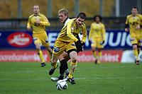 Fotball, 29. oktober 2006<br /> Adeccoligaen<br /> Sogndal - Bodø/Glimt 0 - 0 (0 - 0)<br /> Fosshaugane Campus<br /> Thomas Jacobsen (Bodø/Glimt). Per Egil Flo (Sogndal) i bakgrunnen.