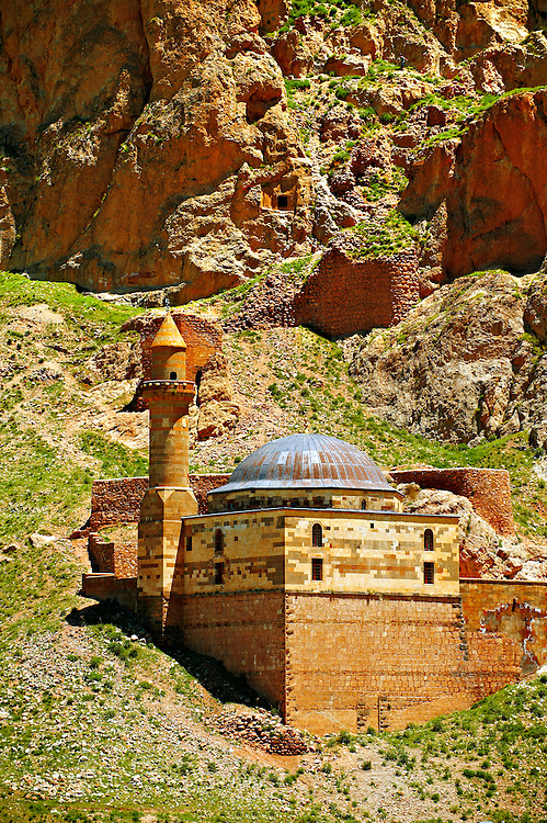 Mosque next to the  the Ishak Pasha Palace (Turkish: İshak Paşa Sarayı) ,  Ağrı province of eastern Turkey.. .<br /> <br /> If you prefer to buy from our ALAMY PHOTO LIBRARY  Collection visit : https://www.alamy.com/portfolio/paul-williams-funkystock/ishak-pasha-palace-turkey.html<br /> <br /> Visit our TURKEY PHOTO COLLECTIONS for more photos to download or buy as wall art prints https://funkystock.photoshelter.com/gallery-collection/3f-Pictures-of-Turkey-Turkey-Photos-Images-Fotos/C0000U.hJWkZxAbg