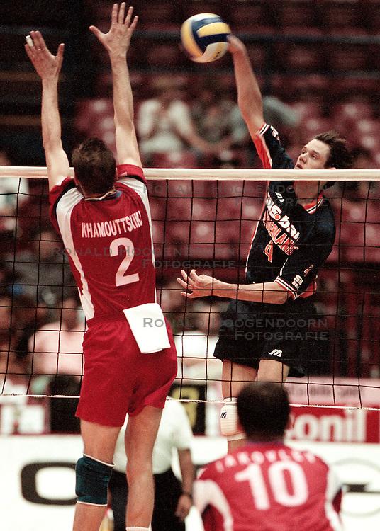11-07-1998 VOLLEYBAL: WORLD LEAGUE FINAL: NEDERLAND - RUSLAND: MILAAN<br /> Reinder Nummerdor<br /> ©1998-WWW.FOTOHOOGENDOORN.NL