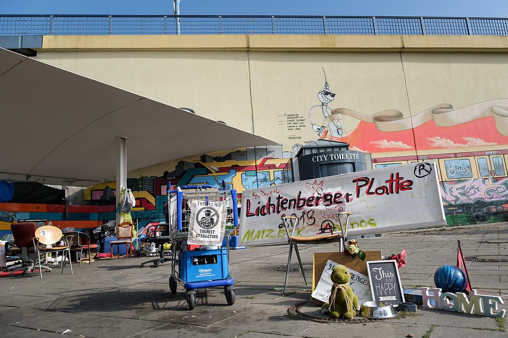 Obdachlosencamp am Bahnhof Lichtenberg in Berlin.<br /> <br /> [© Christian Mang - Veroeffentlichung nur gg. Honorar (zzgl. MwSt.), Urhebervermerk und Beleg. Nur für redaktionelle Nutzung - Publication only with licence fee payment, copyright notice and voucher copy. For editorial use only - No model release. No property release. Kontakt: mail@christianmang.com.]