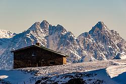 THEMENBILD - Eine Almhuette mit Bergpanorama, aufgenommen am 31. Dezember 2017, Kitzbuehel, Oesterreich // An alpine chalet with mountain panorama at the Hahnenkamm in Kitzbuehel, Austria on 2017/12/31. EXPA Pictures © 2017, PhotoCredit: EXPA/ Stefan Adelsberger