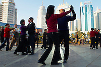 Chine, Yunnan, Kunming, place du peuple, excercice du matin // China, Yunnan, Kunming, People square, morning exercice