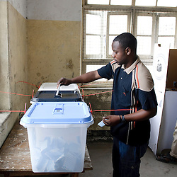 Dar Es Salaam, 31 October 2010.A Tanzanian casts his vote in a polling station of Dar Es Salaam during the presidential election day..The European Union has launched an Election Observation Mission in Tanzania to monitor the general elections, responding to the Tanzanian government invitation to send observers for all aspects of the electoral process..The EU sent this observation mission led by Chief Observer David Martin, a member of the European Parliament. .PHOTO: Ezequiel Scagnetti / European Union