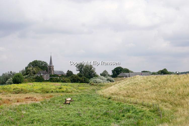 Nederland, Kekerdom, 1-8-2019De buitendijkse kerk van Kekerdom in de Ooijpolder. Het dorp ligt aan de andere kant van de dijk, en op de rand van natuurgebied de Millingerwaard.Foto: Flip Franssen