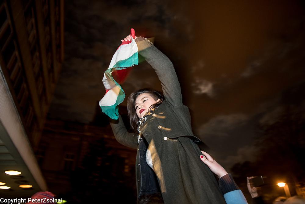 Áder János aláírta a CEU bezárását eredményező LexCeu-t. Tüntetők a Magyar Rádióhoz vonultak