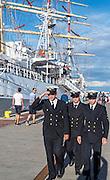 Marynarze na tle Daru Młodzieży