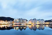 Fosnavåg brygge i skumringen | Fosnavåg harbor by twilight