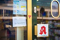DEU, Deutschland, Germany, Berlin, 18.03.2020: Ein Schild an einer Apotheke informiert die Kunden darüber, dass Atemschutzmasken und Desinfektionsmittel nicht vorrätig sind. Auswirkungen der Pandemie, Coronavirus (Covid-19), Corona auf das öffentliche Leben in Berlin.