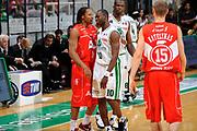 DESCRIZIONE : Siena Lega A 2008-09 Playoff Finale Gara 2 Montepaschi Siena Armani Jeans Milano<br /> GIOCATORE : David Hawkins Romain Sato<br /> SQUADRA : Armani Jeans Milano Montepaschi Siena<br /> EVENTO : Campionato Lega A 2008-2009 <br /> GARA : Montepaschi Siena Armani Jeans Milano<br /> DATA : 12/06/2009<br /> CATEGORIA : fair play<br /> SPORT : Pallacanestro <br /> AUTORE : Agenzia Ciamillo-Castoria/G.Ciamillo