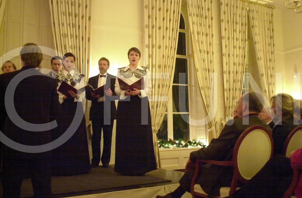 fotografie frank uijlenbroek©2004 michiel van de velde<br /> 041211 ommen ned<br /> Russisch spektakel in Huize Het Laer waar onder andere het Moskou Ensemble Zlatoust hun klanken ten gehore brachten.