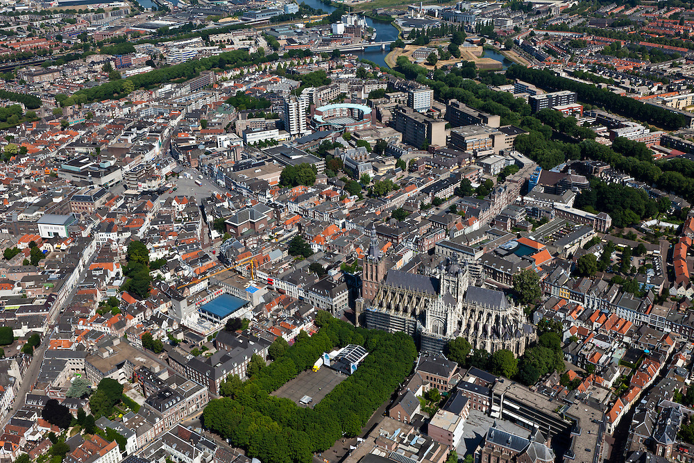 Nederland, Noord-Brabant, Den Bosch, 08-07-2010; Overzicht van de binnenstad met de Sint-Janskathedraal (Kathedrale Basiliek van Sint-Jan Evangelist). Links van het midden de Markt.Overview of the town with St. John's Cathedral (Cathedral of St. John Evangelist) and market square..luchtfoto (toeslag), aerial photo (additional fee required).foto/photo Siebe Swart