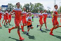 AMSTELVEEN - Warming up Oranje met Fan of the Match, Willem van hockeyclub Arnhem,    tijdens de wedstrijd om de 3e plaats ,   Nederland-Groot Brittannie (5-3),  bij  de Pro League Grand Final hockeywedstrijd heren. COPYRIGHT KOEN SUYK