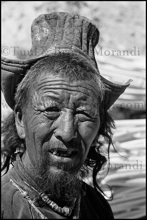 "Inde. Province du Jammu Cachemire. Ladakh. Homme portant le chapeau traditionel le ""Tibi"" // India. Jamu and Kashmir province. Man with traditional hat, the ""tibi""."