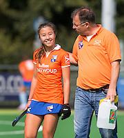 AMSTELVEEN - HOCKEY - Bloemendaal speelster Tamara Gruter  met assistent coach Rutger Klein (r) tijdens de eerste competitiewedstrijd van het nieuwe seizoen tussen de vrouwen van Pinoke en Bloemendaal (2-1). COPYRIGHT KOEN SUYK