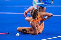 TOKIO -  Frédérique Matla (NED) wordt in de rug gelopen  tijdens de wedstrijd dames , Nederland-India (5-1) tijdens de Olympische Spelen   .   COPYRIGHT KOEN SUYK