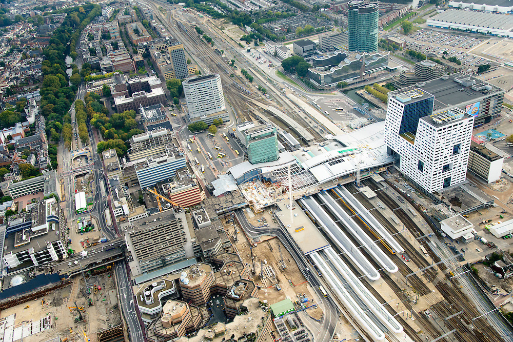 Nederland, Utrecht, Utrecht, 28-09-2014; Ontwikkeling van het Stationsgebied Utrecht - CU2030. Rechts naast de nieuwe overkapping het stadskantoor, hoofdkantoor RABO in de achtergrond. Links Hoog Catherijne en Catherijensingel.<br /> Developement of the new Station Area Utrecht.<br /> luchtfoto (toeslag op standard tarieven);<br /> aerial photo (additional fee required);<br /> copyright foto/photo Siebe Swart