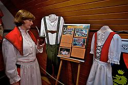 Madalena Staud, da pousada Verde Vale, mostra trajes típicos da colônia alemã dentro do Parque do Imigrante, em Nova Petrópolis. FOTO: Itamar Aguiar/Preview.com