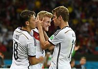 Fotball<br /> Tyskland v Algerie<br /> 30.06.2014<br /> VM 2014<br /> Foto: Witters/Digitalsport<br /> NORWAY ONLY<br /> <br /> 1:0 Jubel Deutschland v.l. Mesut Oezil, Torschuetze Andre Schuerrle, Thomas Mueller (Deutschland)<br /> Fussball, FIFA WM 2014 in Brasilien, Achtelfinale, Deutschland - Algerien