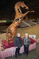 Standbeeld Darco <br /> (R) Kunstenaar leo Camps<br /> (L) Eigenaar en fokker van Darco Tinus Paesen<br /> Grote Brogel 2005<br /> Photo © Hippo Foto