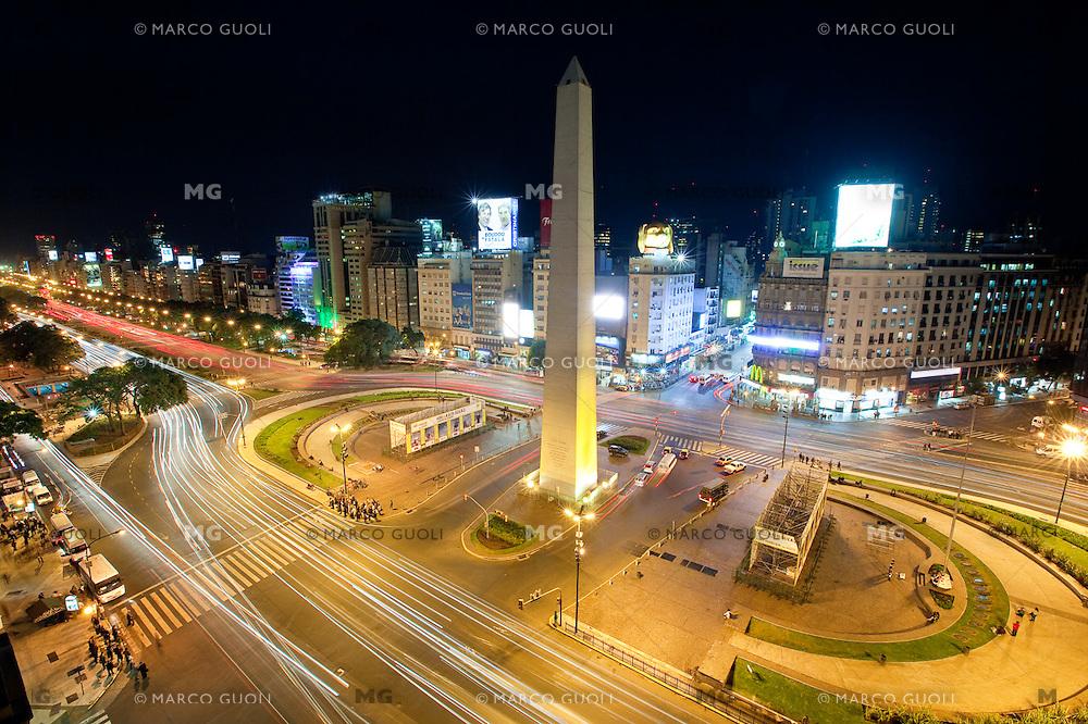 OBELISCO, PLAZA 9 DE JULIO  Y AVENIDA 9 DE JULIO AL ANOCHECER, CIUDAD AUTONOMA DE BUENOS AIRES, ARGENTINA (PHOTO © MARCO GUOLI - ALL RIGHTS RESERVED)