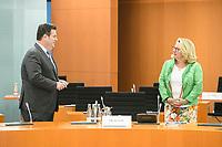 03 JUN 2020, BERLIN/GERMANY:<br /> Hubertus Heil (L), SPD, Bundesarbeitsminister, und Svenja Schulze (R), im Gespraech, vor Beginn einer Kabinettsitzung, zu Umsatzung der Abstandsregeln im Internationalen Konferenzsaal, Bundeskanzleramt<br /> IMAGE: 20200603-01-003<br /> KEYWORDS: Corvid-19, Corona, Kabinett, Sitzung, Gespräch