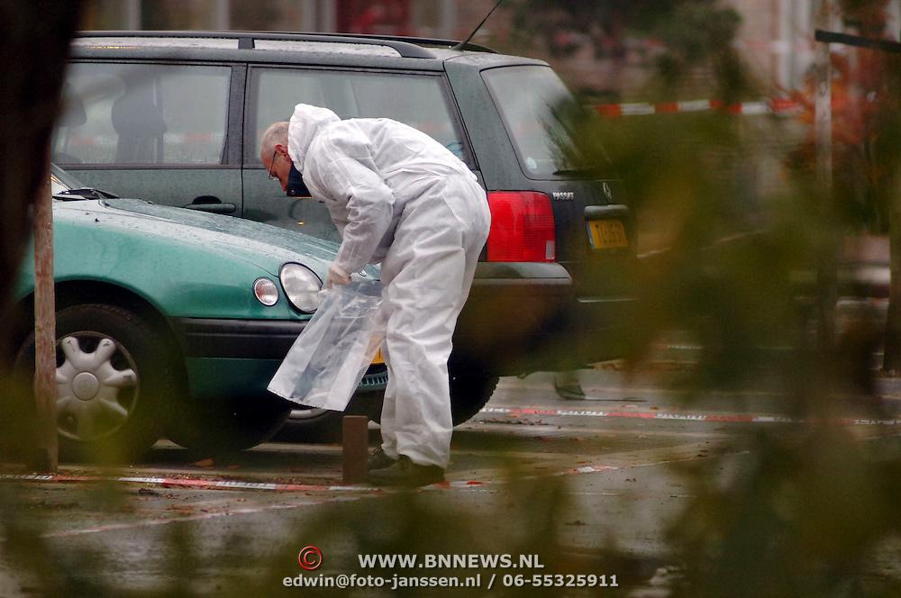 NLD/Huizen/20051123 - Technisch onderzoek door de technische recherche en mobiele eenheid na ontploffing busje van gehandicapten vervoer Garskamp bij het Blindeninstituut Visio Huizen waarbij de bestuurder zwaargewond raakte