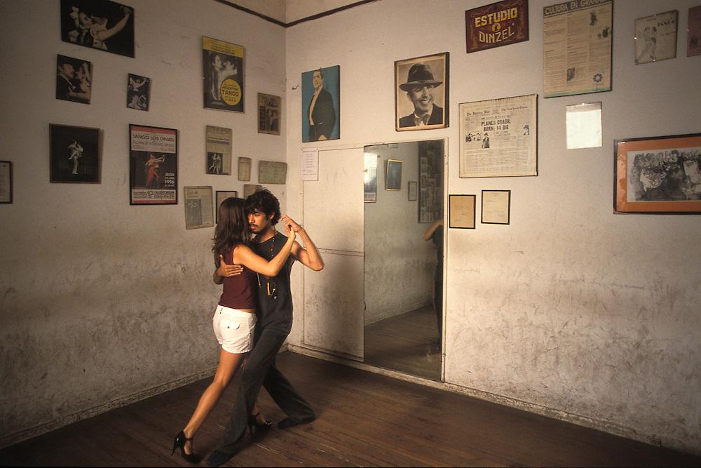 Argentina. Buenos Aires..Unos bailarines practican en la Escuela de Tango Dinzel...Dancers training at Dinzel Tango School...© JOAN COSTA