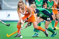 BOOM - Kiki Collot D'Escury (l) in duel met de Ierse Nicola Gray, tijdens de eerste poule wedstrijd van Oranje tijdens het Europees Kampioenschap hockey   tussen de vrouwen Nederland en Ierland. ANP KOEN SUYK