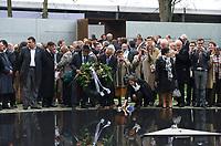 DEU, Deutschland, Germany, Berlin, 24.10.2012:<br />Feierliche Einweihung des Denkmals für die im Nationalsozialismus ermordeten Sinti und Roma Europas gegenüber dem Reichstag. Bildmitte: Eine aus Holland angereiste Gruppe von Sinti und Roma legt einen Gedenkkranz und Blumen am Mahnmal ab.