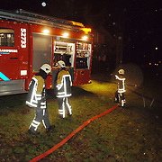 NLD/Huizen/20060310 - Brand leegstaand pand de Boketorren Hermelijn Huizen, brandweer haalt met pompen water uit de singels