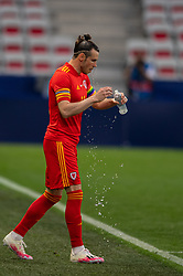 NICE, FRANCE - Wednesday, June 2, 2021: Wales' captain Gareth Bale pours water on his face as he leads his side out before an international friendly match between France and Wales at the Stade Allianz Riviera ahead of the UEFA Euro 2020 tournament. (Pic by Simone Arveda/Propaganda)