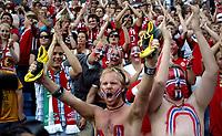 Fotball , 6. juli 2007 ,  EM-kvalifisering , Norge - Ungarn 4-0<br /> Dene tilskueren fikk fotballskoene til John Arne Riise<br /> <br /> Euro- Qual.<br /> Norway - Hungary