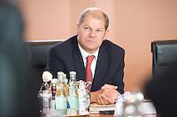 20 AUG 2008, BERLIN/GERMANY:<br /> Olaf Scholz, SPD, Bundesarbeitsminister, vor Beginn einer Kabinettsitzung, Kabinettsaal, Bundeskanzleramt<br /> IMAGE: 20080820-01-026<br /> KEYWORDS: Kabinett, Sitzung
